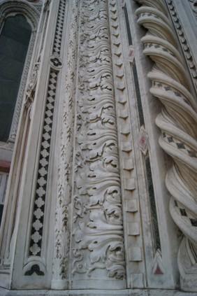 43 -Firenze. Santa Maria del Fiore. particolari. Le sculture in marmo favolose