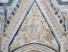 36 -Firenze. Particolare, Madonna della Cintola di Nanni di Banco, timpano della porta della Mandorla.