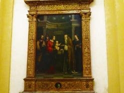 """161 - CAPPELLA DELLA PRESENTAZIONE AL TEMPIO DI GESU'. CAPPELLA DELLA PRESENTAZIONE AL TEMPIO DI GESU'La pregevole tavola fu dipinta nel 1517 da Francesco Raibolini, detto il Francia. La lunetta, di Girolamo Marchesi e il tondo contenuti nella cornice riecheggiano le parole profetiche del vecchio Simeone a Maria:""""Questo figlio sarà segno di contraddizone per molti in Israle, e anche a te una spada trafiggerà l'anima"""". Gesù, re della gloria, viene quindi rappresentato nel tondo in basso come re di burla nella Passione, e sua Madre Maria, che gli ha dato la vita, lo riceve tra le sue braccia senza vita nella deposizione dalla croce, raffigurata nella lunetta superiore."""