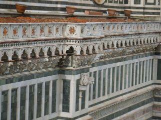 45 - Firenze. Santa Maria del Fiore, Decorazione marmorea dell'attico.