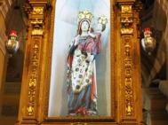 """134 - Cesena - Abbazia di Santa Maria del Monte. LA STATUA DELLA MADONNA. L'immagine della Madonna è realizzata in legno e stucco dipinto, modellato presubilmente nel XIII secolo. Le dimensioni, quasi due metri, e la posa benedicente della figura, rendono nobile e solenne questa rappresentazione di Maria Santissima. Il Bambino, di diversa fattura e in posizione sbilanciata, rivela che è stato aggiunto in epoca successiva. La Madonna è rivestita di una tunica azzurra, chiusa sul petto da una specie di """"razionale"""" formato da due piastre di rame sbalzato, rappresentanti l'Annunciazione. Un ampio velo bianco-avorio scende sul capo su tutta la figura e su di esso sono dipinti fiori, motivi geometrici e lettere, che formano le parole iniziali dell'inno Ave Maria Stella. Sul capo vi è la corona postavi da Pio VII nel 1814, di ritorno dall' esilio di Fontainbleau."""