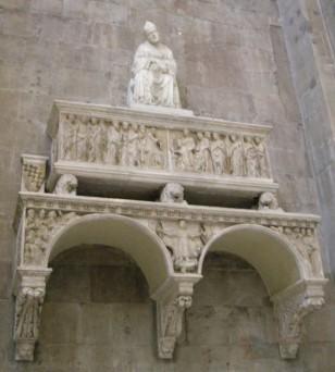 52 -Firenze. Controfaccia. Dettaglio tomba del vescovo Antonio d'Orso (1343) di Tino di Camaino