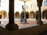 """122 - Cesena - Abbazia di Santa Maria del Monte. Attorno alla chiesa vi sono due chiostri, la parola significa """"luogo chiuso"""", che hanno ognuno una funzione diversa. Il primo,il più piccolo, è riservato all'accoglienza. Questo chiostro è circondato da un elegante portico quattrocentesco, sostenuto da colonnine, diversificate nei capitelli. Su di uno è scolpito l'invito """"CURRITE CESENATES GENTES AD MATREM"""", che vuol dire in latino """"correte, cesenati, alla Madre""""."""