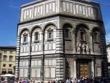 107 - Firenze - Il Battistero. Il Battistero di San Giovanni è un edificio originale paleocristiano, probabilmente costruito su fondamenta del V secolo, che è giunto immutato fino alla nostra epoca, variato nei numerosi abbellimenti esterni ed interni. I marmi bianchi e verdi esterni risalgono all'XI secolo in pieno stile romanico. All'interno, nella volta, sono presenti mosaici e affreschi capolavoro del Ducento fiorentino: pare che vi presero parte anche Cimabue e Coppo di Marcovaldo, mentre per la realizzazione dei mosaici forse vennero utilizzate maestranze venete. Le tre celeberrime porte risalgono invece al Tre-Quattrocento.