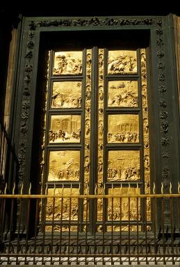 110 - Firenze. Battistero. Porta est. del Paradiso, davanti al Duomo. (1425-1450). La porta è suddivisa in 10 ampi riquadri rettangolari, disposti su cinque file, ciascuno dei quali, con le incorniciature ornate da tondi con teste di profeti, occupa l'intera larghezza di un battente. I riquadri presentano scene dell'Antico Testamento, che si susseguono su entrambi i battenti da sinistra a destra e dall'alto in basso.