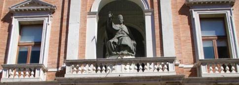 60 - Cesena. Palazzo del Ridotto statua in bronzo di Papa Pio VI. La statua è alta 3,15 metri e reca ai lati del piedistallo i nomi di scultore e fonditore; sul fronte superiore l'indicazione del committente