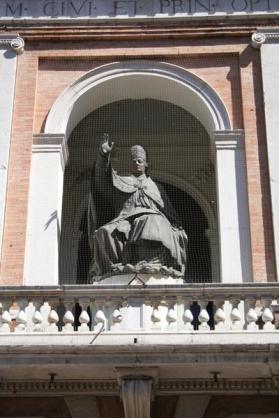 61 - Cesena. Palazzo del Ridotto statua in bronzo di Papa Pio VI. Dettagli.