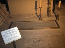 67 - Firenze_Duomo. Sotto la cattedrale furono realizzati dei difficili lavori di scavo fra il 1965 e il 1974. La zona sotterranea della cattedrale fu usata per la sepoltura dei vescovi fiorentini per secoli. Recentemente è stata ricostruita la storia archeologica di quest'area, dai resti di abitazioni romane, ad una pavimentazione paleocristiana, fino alle rovine della vecchia cattedrale di Santa Reparata. Si accede agli scavi da una scala nella navata sinistra dove, vicino all'entrata, si trova la tomba di Filippo Brunelleschi, a riprova della grande stima dei fiorentini verso il grande architetto della cupola.
