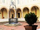 123 - Cesena - Abbazia di Santa Maria del Monte CHIOSTRO PICCOLO--L'ingresso principale della Basilica si trova in questo chiostro, segno evidente delle trasformazioni architettoniche avvenute nel corso dei secoli. Al centro vi è una cisterna, sormontata da un artistico pozzale in ferro battuto.
