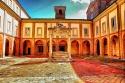 127 - Cesena. Abbazia Santa Maria del Monte. Chiostro Grande. Questo secondo chiostro, iniziato nei primi anni del '500, si presenta meno elegante del primo, con pesanti pilastri di laterizio, che sostituirono un doppio ordine di colonne di stile dorico-ionico, dopo l'incendio del 1751, che lo distrusse irrimediabilmente. Anche al centro del chiostro vi è un artistico pozzale, costruito e scolpito nel 1588 da Alessandro Corsi di Giovanni, sistemato sulla cisterna del 1561, disegnata probabilmente da Leonardo da Vinci per le strettissime relazioni che ci sono con le opere realizzate da lui per i Malatesta, nel periodo in cui erano i benefattori principali dell'Abbazia, e che comprende un interessante percorso sotterraneo di canali e filtri per purificare le acque piovane.