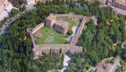 68 - Cesena - Rocca Malatestiana. La Rocca occupa l'estremità nord del Colle Garampo che incombe su Piazza del Popolo, la più importante della città; su di essa si affaccia Palazzo Albornoz, oggi residenza municipale, e al centro si può ammirare la Fontana, costruita da Francesco Masini tra il 1589 e il 1591.La mole poderosa della fortezza, a forma di esagono irregolare, con sette torri esterne di varia forma (circolare, rettangolare, poligonale) e due torri interne che svettano sulle grandi muraglie, si erge imponente in cima al colle visibile da tutta la città e la pianura circostante.
