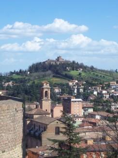 97 - Cesena - La chiesa e il campanile di Sant'Agostino visti dalla Rocca e sullo sfondo l'abbazia della Madonne del Monte
