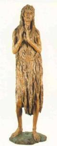 171 - Firenze. Il Museo dell'Opera del Duomo. Maddalena di Donatello, legno Policromo, altezza 188 cm. Realizzata negli anni '50 del Quattrocento, nell'ultima fase della sua produzione artistica e della sua vita Donatello raffigura la Santa Maddalena penitente in una statua in legno policromo. Ora è nel museo ma in origine era situata all'interno del battistero di fronte al duomo, La statua è alta all'incirca due metri, la figura è eretta, con le mani giunte e vestita di una lunga capigliatura che le avvolge tutto il corpo fin sotto le ginocchia. In particolare la figura del volto dell'opera è quella che, fin dalla sua realizzazione, ha riscosso grande stima nel pubblico e subito scosse e colpì per la sua rude e quasi selvaggia rappresentazione. Infatti questa interpretazione della Maddalena, vecchia e allo stremo delle forze è una innovazione di Donatello