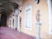 83 - Cesena Palazzo Ghini, La loggia di accesso asl salone, è ornata da statue di Francesco Calligari (sec. XVIII)
