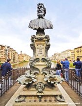 102 -Firenze. Ponte vecchio. La statua di Benvenuto Cellini, il più grande orafo fiorentino.