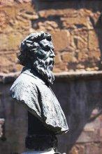 103 - Firenze. Ponte vecchio. Il busto del monumento a Benvenuto Cellini.