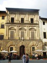 15 - Firenze. Piazza Signoria. Palazzo Uguccioni si trova in piazza della Signoria a Firenze e, dopo Palazzo Vecchio, è uno dei più importanti palazzi affacciati sulla piazza. Fu costruito, modificando delle preesistenze, per il committente Giovanni Uguccioni a partire dal 1550 e i lavori probabilmente si protrassero non oltre il 1559, anno della morte del committente.