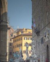 18 - Firenze. Le statue allineate davanti a Palazzo Vecchio.