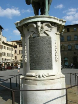 24 -Firenze Piazza Signoria. Statua equestre di Cosimo.Piedistallo, lato dell'iscrizione.