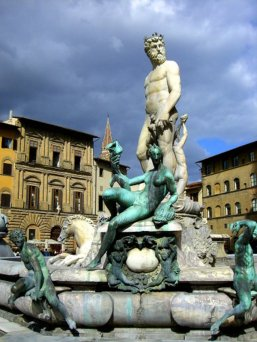 25 - Firenze Piazza Signoria. La Fontana del Nettuno di Bartolomeo Ammannati (1563-1565) e di alcuni suoi allievi, tra i quali il Giambologna, è la prima fontana pubblica di Firenze. Il grande Nettuno in marmo bianco non è molto amato dai fiorentini che lo chiamano Biancone.