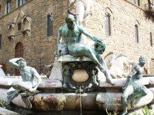 27 - Firenze Piazza Signoria. La Fontana del Nettuno, i bronzi di Gianbologna.