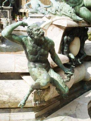 28- Firenze Piazza Signoria. La Fontana del Nettuno, Satiro del Gianbologna, dettaglio.