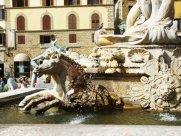 29 Firenze Piazza Signoria. La Fontana del Nettuno, cavalli marini.