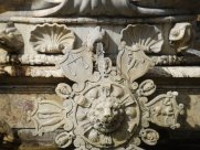 30- Firenze Piazza Signoria. La Fontana del Nettuno, ruota dello zodiaco dettaglio.