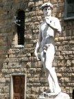 32 - Firenze Piazza Signoria. Il Davide di Michelangelo. Il David ritrae l'eroe biblico nel momento in cui si appresta ad affrontare Golia. Da sempre considerato l'ideale perfetto di bellezza maschile nell'arte. Così come la Venere del Botticelli è considerata il canone di bellezza femminile. Artisti ed esperti d'arte ritengono che il David sia l'oggetto artistico più bello mai creato dall'uomo.