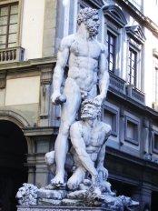 36- Firenze Piazza Signoria - L'Ercole e Caco. -con-sfondo-la-galleria-degli-uffizi.