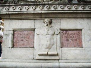 37 - Firenze Piazza Signoria - L'Ercole e Caco. Il piedistallo con la firma di Bandinelli.