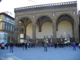 4 - Loggia della Signoria o dei Lanzi. La Loggia della Signoria è un monumento storico di Firenze, che si trova in piazza della Signoria a destra di Palazzo Vecchio e accanto agli Uffizi, i quali vi si innestano sul retro con una terrazza proprio sulla sommità della loggia.