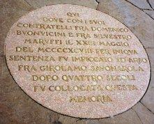 46,1 - Firenze - La scultura Patroclo e Menelao si trova a Firenze, al centro della Loggia dei Lanzi, in Piazza della SignoriaL'originale greco, molto probabilmente, fu ritrovato nel Foro di Traiano di Roma (ma c'è anche chi dice che venne rinvenuto nei pressi di Porta Portese), molto danneggiato. Il gruppo fu regalato da Pio V a Cosimo I de' Medici e fu trasportato a Firenze nel 1579. Il restauro fu commissionato a Pietro Tacca ed a Ludovico Salvetti, i quali lo terminarono, basandosi su una scultura simile che si trovava a Palazzo Pitti e ad una Testa di Menelao, conservata nel Musei Vaticani, risalente al IV secolo a.C..