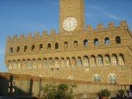 49 - Firenze. Palazzo Vecchio. Gli stemmi sulla facciata visti dalla terrazza sulla Loggia dei Lanzi