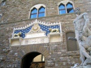 54 -Firenze. Palazzo Vecchio - L'entrata principale col frontespizio (1549-1596