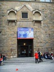 55 - Firenze. Palazzo Vecchio -La porta di Tramontana, così chiamata per la sua ubicazione a nord da dove spira appunto il vento di Tramontana, è la seconda entrata monumentale del palazzo trecentesco originario