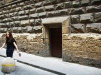 """57 - Firenze. Palazzo Vecchio -La piccola porta su via della Ninna risale invece all'epoca del Duca di Atene, che la fece aprire al termine di una scalinata """"segreta"""" che partiva dai suoi appartamenti e che effettivamente gli fu d'aiuto all'epoca della sua precipitosa fuga dalla città."""