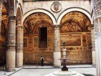 58 - Firenze. Palazzo Vecchio - Il primo cortile, al quale si accede dal portone principale su piazza della Signoria, fu progettato nel 1453 da Michelozzo