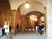 """61 - Firenze. Palazzo Vecchio Il secondo cortile, anche conosciuto come cortile della Dogana, ha pilastri massicci costruiti nel 1494 dal Cronaca per sostenere il """"salone dei Cinquecento"""" al secondo piano. Prende il nome dagli uffici della dogana che qui si trovavano fin dai tempi di Leopoldo II di Toscana, quando vennero istituiti"""