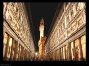 81 - Firenze. Galleria degli Uffizi - esterno. Gli Uffizi, a forma di U voluti dal Granduca Cosimo I° dei Medici per accogliere gli Uffici e gli Archivi di Stato, sono tra i più splendidi esempi di architettura rinascimentale, costruiti rapidamente dal 1560 al 1565. in quel periodo fu costruito anche il famosissimo Corridoio, detto Vasariano, che congiungeva e che congiunge ancora la Galleria con Palazzo Pitti (un tempo reggia dei de'Medici), passando lungo il fiume Arno e sopra il Ponte Vecchio. Quando la famiglia dei Medici si estinse nel 1737, i granduchi di Lorena, che avevano ereditato la galleria, accettarono di aprire la galleria ai fiorentini, continuando ad incrementare la collezione di opere d'arte.