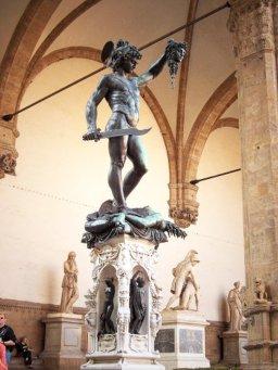 8 - Firenze . La Loggia della Signoria. Perseuo con la testa di Medusa di Benvenuto Cellini.