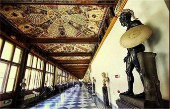 82 - Firenze. Galleria degli Uffizi,ingresso. La Galleria degli Uffizi offre ai visitatori oltre 45 sale, situate al primo ed al secondo piano dell' edificio storico che ospita il museo. Seguono alcune opere in alcune sale.