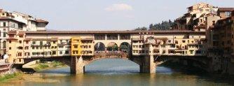 97 - Firenze. Il Ponte più bello di Firenze e uno dei più fotografati del mondo, non è sempre stato un luogo chic. Anche se oggi sono le botteghe degli orafi ad attrarre carovane di turisti, fino al 1565 erano le botteghe dei verdurai e dei macellai a dominare il ponte. Quando venne costruito il Corridoio Vasariano che sovrasta Ponte Vecchio, i beccai e i verdurai vennero fatti sloggiare a favore di orafi ed artigiani, ritenuti mestieri più adatti alla bellezza del luogo. Da allora l'oro è diventato protagonista di Ponte Vecchio, come ci ricorda la statua di Benvenuto Cellini, il più grande orafo fiorentino.
