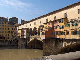 98 - Firenze. Ponte vecchio. Il retro delle botteghe costruite a sporto sul fiume sul lato est del ponte.