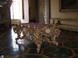 13 - Caserta.Reggia. Il tavolo nella sala del Consiglio, donato dalla città di Napoli a Francesco II in occasione del suo matrimonio con Maria Sofia di Baviera