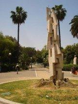 59 - Bari. Piazza Giuseppe Garibaldi è una vasta piazza della città centrale; puntellata di alberi, aiuole ed elementi naturali è una delle piazze più rigogliose del centro.