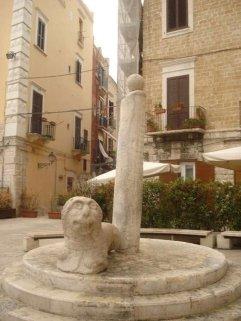 68 - Bari. Piazza Mercantile a Bari vecchia. Colonna della Giustizia