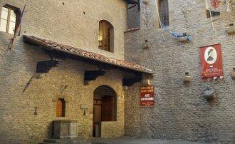 103 -Firenze. Il Museo della Casa di Dante .La piazzetta con il pozzo, restaurata agli inizi del Novecento