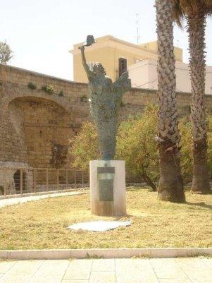 96 - Bari, statua sul lungomare Imperatore Augusto