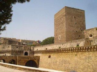 82 -Bari, Il Castello Normanno Svevo di Bari è la fortificazione simbolo di Bari, sede della Soprintendenza per i Beni Ambientali Architettonici e Storici della Puglia. Posto a difesa dell'ingresso principale della città, a pochi passi dalla Cattedrale, accoglie oggi i visitatori prima di addentrarsi tra i vicoli del centro storico.